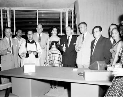 Gente con obispo en una ceremonia religiosa en una oficina