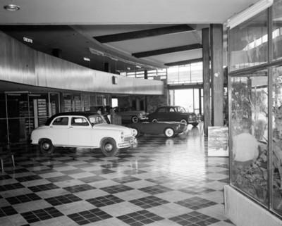 Automóviles en una sala de exhibición en una agencia