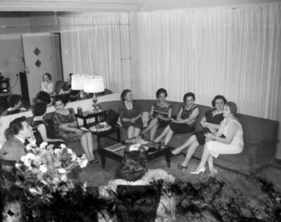 Mujeres durante reunión social en la sala de una casa