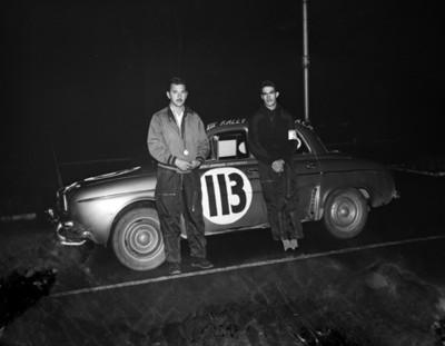 Hombres junto a un automóvil de carreras, retrato