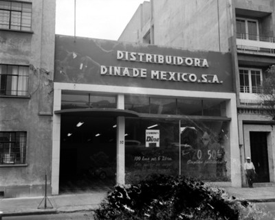 """Agencia automotríz """"DINA RENAULT"""", fachada"""