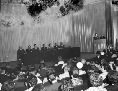 Eva Samano de López Mateos durante una conferencia en un auditorio