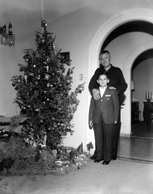 Hombre y niño junto al árbol de navidad, retrato