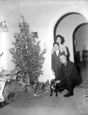 Familia Murray junto al árbol de navidad, retrato