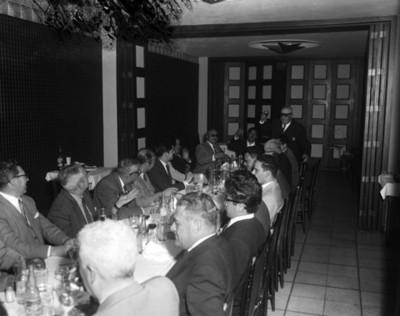 Empresarios brindan durante la comida en el Club Asturiano