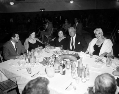 Empresarios y mujeres durante banquete en un taller