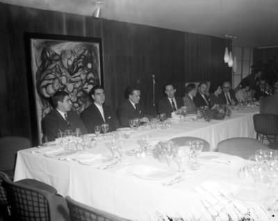 Hombres en comedor durante reunión social en un salón