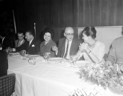 Hombre y mujer conversan durante reunión social