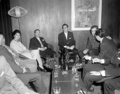 Hombres y mujer durante reunión social