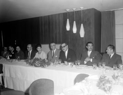 Hombres y mujeres durante banquete retrato de grupo