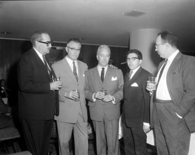 Hombres durante reunión social