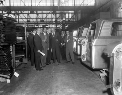 Hombres en planta automotríz, interior
