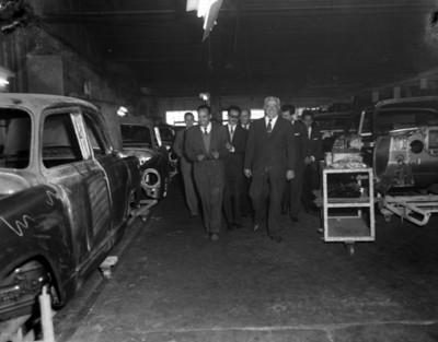 Empresarios durante visita a una planta automotríz, interior