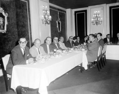 Hombres durante banquete en un salón, retrato de grupo