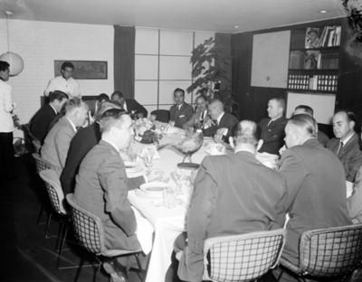 Hombres conversan durante reunión social