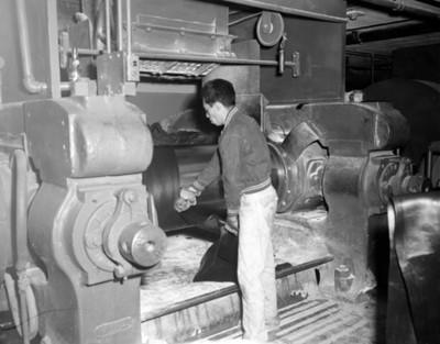 Obrero opera maquinaria industrial
