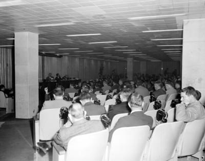 """""""Hombres durante la III Reunión Mundial"""", en un auditorio"""