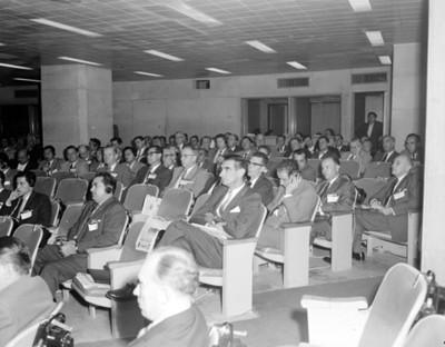 """Hombres durante la """"III Reunión Mundial"""" en un auditorio"""