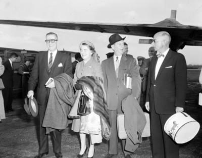 Hombres y mujeres durante llegada al aeropuerto