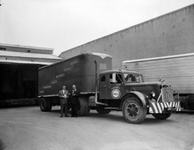 Hombres junto a transporte de carga, retrato