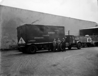 Hombres junto a transportes de carga, retrato