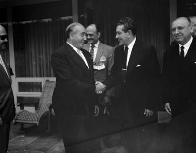 Empresario saluda a Adolfo López Mateos, retrato