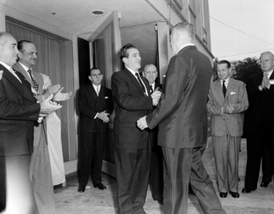 Adolfo López Mateos saluda a empresario