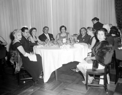 Ejecutivos y mujeres durante reunión social, retrato