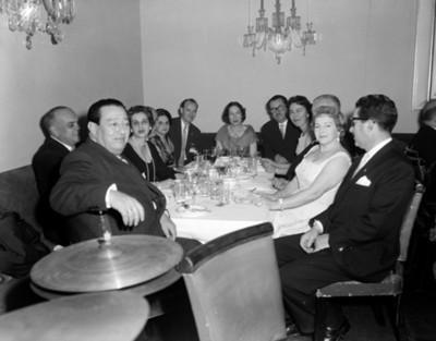 Empresarios y mujeres conviven durante banquete de negocios