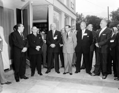 Adolfo López Mateos junto a empresarios, retrato de grupo