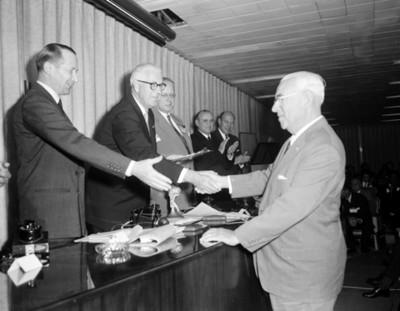Empresario recibe felicitaciones durante la III Reunión Mundial