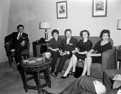 Congresistas y mujeres en la sala de una casa, retrato de grupo