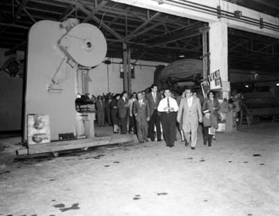Congresistas durante corrida en una instalación industrial