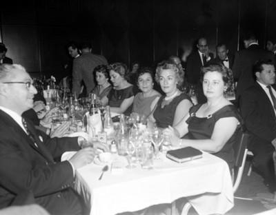 Gente durante evento social, vista parcial