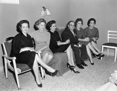 Mujeres junto a empresario, retrato