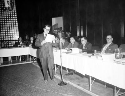 Hombre pronuncia discurso durante la XII Convención de la ANDA