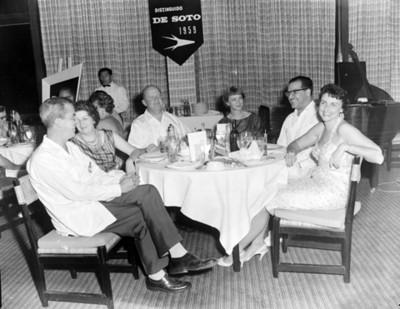 Ejecutivos y mujeres conviven en evento de la Convención de Chrysler