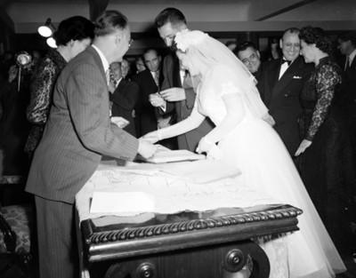 Novia firma acta de matrimonio durante boda civil