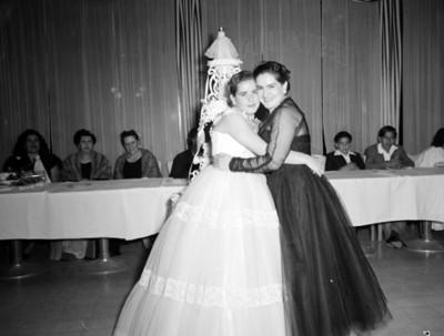 Mujer y quinceañera abrazadas durante fiesta, retrato