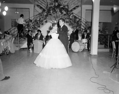 Quinceañera y hombre bailan durante fiesta