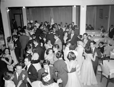 Parejas bailan durante fiesta de quinceaños