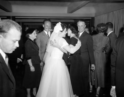 Mujer felicita a novio durante su boda