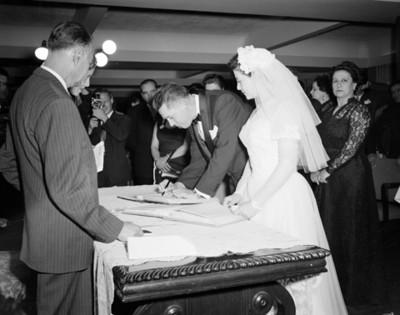 Novio firma acta de matrimonio durante su boda civil