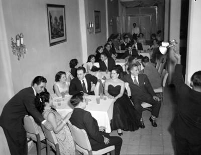 Gente en comedores durante fiesta de quinceaños