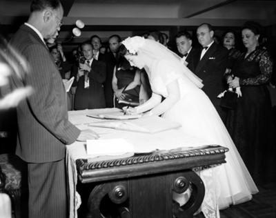 Novia firma acta de matrimonio durante su boda civil