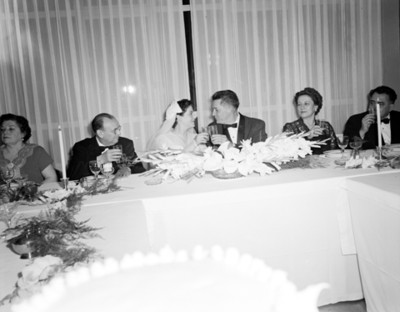 Novios brindan durante banquete