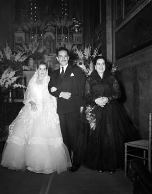 Familia frente a un altar religioso en una iglesia durante quinceaños, retrato de grupo