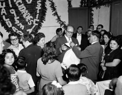 Hombre recibe regla durante fiesta de cumpleaños