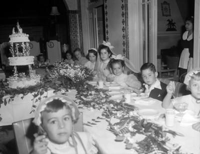 Niños durante fiesta de primera comunión