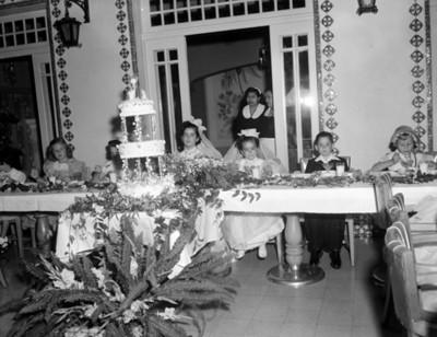 Niños en una fiesta de primera comunión